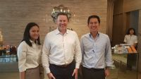 Nirunda Sukhumvit 24 Clinic - Photo with management team